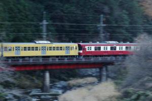 山あいの鉄橋を渡る263Fと9103F