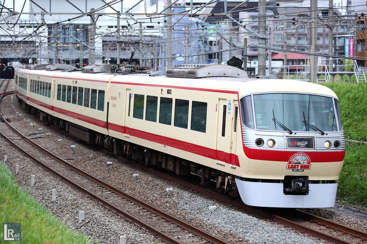 ラストランロゴを掲出したレッドアロークラシックが西武新宿線を走行