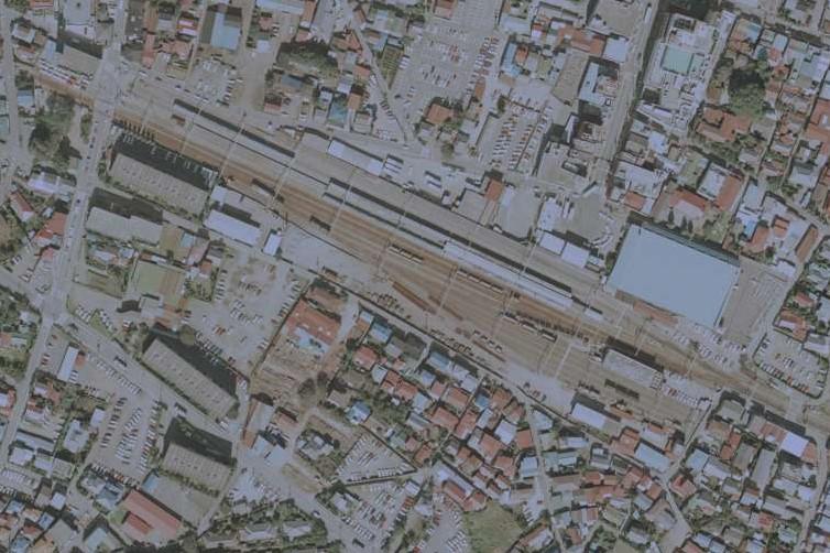 1984年10月の飯能駅空中写真 左上に、道路を横断する機回し線が見える